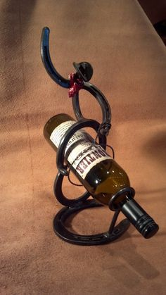Wine bottle holding Horseshoe Cowboy by MaceMetalandLeather Horseshoe Projects, Horseshoe Crafts, Horseshoe Art, Metal Projects, Metal Crafts, Welding Crafts, Diy Welding, Welding Projects, Welding Design