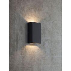 Rold Kub Svart Denna eleganta vägglampa Rold av Nordlux kommer i svart och är med IP44. Lampan har ljusutsläpp både uppåt och nedåt vilket gör att du får