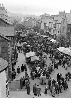 May-day Fair in Bala Teitl Cymraeg/Welsh title: Ffair Glamai Y Bala Ffotograffydd/Photographer: Geoff Charles (1909-2002) Nodyn/Note: Dyddiad/Date: 25/5/1952