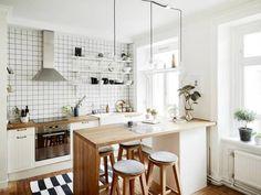 Comment ouvrir une petite cuisine sur le coin salon tout en profitant d'une séparation esthétique et pratique ? Opter pour un îlot central qui se transforme en plan de travail ou en coin bar.