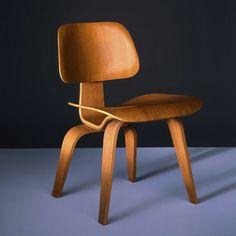 """Silla """"Plywood"""" de Charles Eames, formas oránicas con madera de contrachapado."""