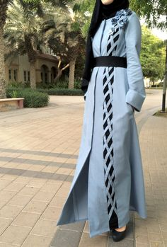 Jeans-Criss-Cross-Abaya / Dubai Abaya / Hijab Mode Abaya / moderne Abaya / blau Abaya / Abaya mit Blumen / handgemacht / Plus Größe Abaya - Prom Dresses Design Abaya Fashion, Muslim Fashion, Modest Fashion, Fashion 2018, Spring Fashion, Abaya Dubai, Hijab Style, Abaya Style, Hijab Chic