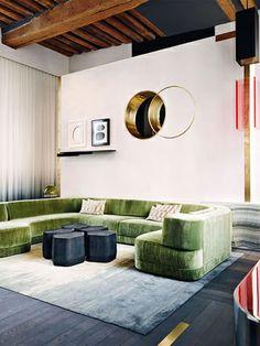 Ambiente com sofá de veludo