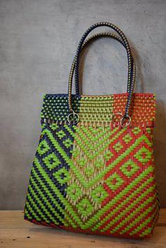 Mexican Handycraft bag, handwoven with plastic. * Sending cost on de Flax Weaving, Bamboo Weaving, Hand Weaving, Recycled Plastic Bags, Sisal, Unique Handbags, Tapestry Crochet, Big Bags, Medium Bags