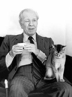 Borges todo el año: Jorge Luis Borges: Las uñas - Foto ©Amanda Ortega, tomada por ella misma en su casa, durante una visita de Borges en 1982 Junto a Freyja, gata de Abisinia llamada así por la diosa de la belleza y el amor de la mitología nórdica