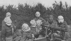 First World War: British MG section with gas masks on. Note the number of soldiers in the section - seven! At least four of them are redundant. Nevertheless, the British MG section continued with this crowd until almost the end of the war.