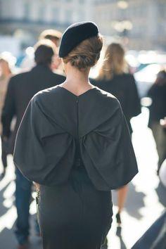 Escote en la espalda y tocado negro para una invitada a boda
