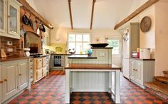 Victorian quarry tiled floor - with black and red check, can use black grout Quarry Tiles, Kitchen Tiles, Kitchen Flooring, Old Kitchen, Open Plan Kitchen, Black And Red Kitchen, Home Kitchens, Country Kitchens