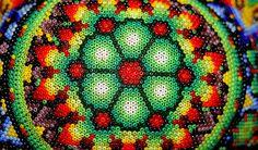 Cada imagen de colores brillantes del arte huichol tiene que ver con una visión mística que fue dada gracias al portal, el nierika, abierto por el peyote.