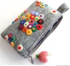 Little felt bag Easy Felt Crafts, Felt Diy, Handmade Felt, Diy Crafts, Diy Coin Purse, Felt Purse, Felt Bags, Wet Felting, Needle Felting