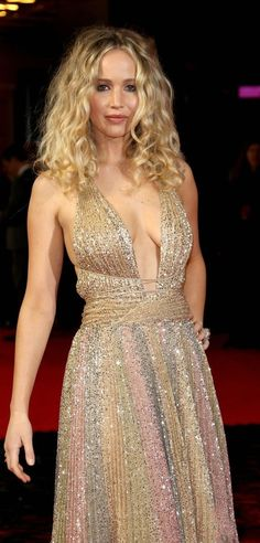 Jennifer Lawrence Works the Red Carpet at 'Red Sparrow' Premiere: Photo Jennifer Lawrence looks stunning at the premiere of Red Sparrow! The actress was seen walking the red carpet at the European premiere held at the… Jennifer Lawrence Dress, Jennifer Lawrence Red Sparrow, Curly Hair Celebrities, Happiness Therapy, Mtv, Jennifer Laurence, Kentucky, Elizabeth Olsen, Hollywood Celebrities