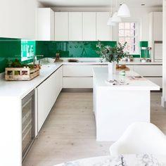 nowoczesna kuchnia,zielone tafle szklane,biało-zielona kuchnia