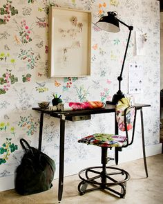 Very pretty flower wallpaper (bloemenbehang) via home deco site vtwonen would love this on a wall and my new botanical series hung ontop Home Office Inspiration, Interior Inspiration, Office Ideas, Office Designs, Creative Inspiration, Small Home Office Desk, Corner Office, Wallpaper Wall, Office Wallpaper