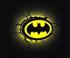 Por la noche al iluminar esta lampara de pared 3D con el escudo de aviso de Batman, tendras la sensación de estar viendo desde una ventana como la policía llama a Batman para poder socorrer a cualquiera que debe estar en peligro. ¿te atreves a encederla para avisarlo?