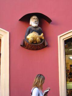 Un dels molts detalls decoratius, que en origen servien per identificar els edificis, que es poden veure a la ciutat vella de Praga