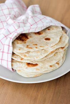 Hace 12 tortillas Receta del libro de cocina mexicana auténtica por Rick Bayless Ingredientes 4.3 libras (2 3/4 tazas) de harina, además de un poco más por rodar las tortillas 5 cucharadas de manteca de cerdo o manteca vegetal, o una mezcla de los dos, o cinco cucharadas o aceite de girasol 3/4 cucharadita de sal sobre 3/4 taza de agua del grifo muy caliente Instrucciones 1. Hacer la masa. Combine la harina y la grasa en un tazón grande para mezclar, trabajando en la grasa con los dedos…