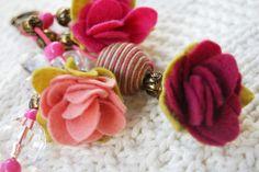 Chaveiro de Feltro - Rosa Felt Toys, Felt Ornaments, Felt Flowers, Hobbies And Crafts, Handmade Crafts, Tassels, Diy, Felt Projects, Inspiration
