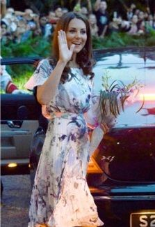.Kate looks so ladylike and lovely in this floral, very feminine day dress!