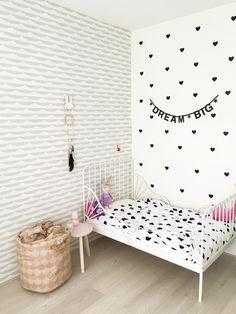 Meidenkamer met behang van Roomblush en decoratie Mevrouw Aardbei | Kinderkamerstylist.nl