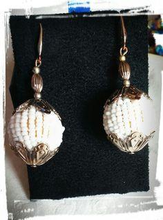 Orecchini con perle di legno rivestite di perline di vetro