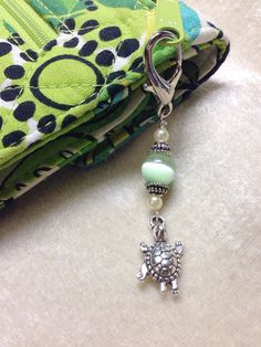 Couldnt your zippers use a little beaded bling! This would be cute with one of those awkward sideways beads. Beaded Jewelry, Handmade Jewelry, Jewellery, Beaded Bookmarks, Zipper Pulls, Bijoux Diy, Cheap Bags, Stitch Markers, Beads And Wire