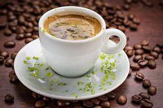 Café pelo mundo!  Você sabia que na Itália o café expresso é servido em xícaras pequenas e acompanhado de tiras de limão.