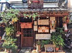 Visiter Tokyo : que faire, voir et visiter dans la capitale japonaise Aesthetic Japan, Japanese Aesthetic, City Aesthetic, Japanese Buildings, Japanese Architecture, Image Japon, Beautiful Buildings, Beautiful Places, Exterior Design