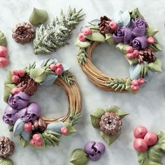 These Easy Blooms Winter Wreath Meringue Cookies might just be too beautiful to eat! Made using Easy Blooms decorating tips, as well as an assortment of metal cake decorating tips, these meringue…More Wilton Cake Decorating, Cookie Decorating, Christmas Desserts, Christmas Baking, Christmas Tea, Christmas Cupcakes, Mini Cakes, Cupcake Cakes, Macarons