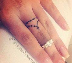 Tatuaggi dita: coroncina con croce