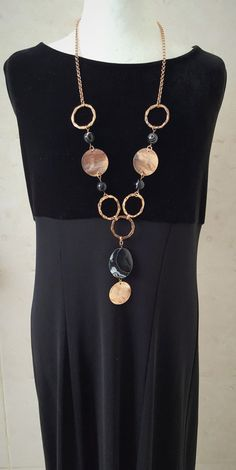 Rose gold statement necklace hammered - SUPER SALE … Striking Onyx rose gold coin necklace You are in the right place about jewelry collec - Diy Jewelry Necklace, Mom Jewelry, Handmade Necklaces, Wire Jewelry, Jewelry Crafts, Beaded Jewelry, Jewelery, Beaded Necklace, Jewelry Design