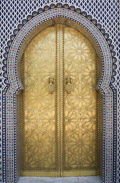 """Les portes du palais royal """"Dar el-Makhzen"""" sur la place des Alaouites Golden © 31/05/2009 Photograph by: Thierry Beauvir"""