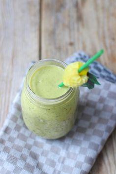 Groene smoothie met andijvie     50 gr andijvie     200 gr mango     1 banaan     150 ml kokoswater