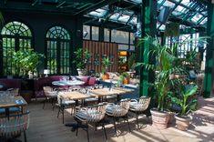 Au cœur de Puteaux, le restaurant Eugène Eugène est une serre qui se transforme au fil des saisons. Des tables, des canapés, des livres, un lieu d'évasion.