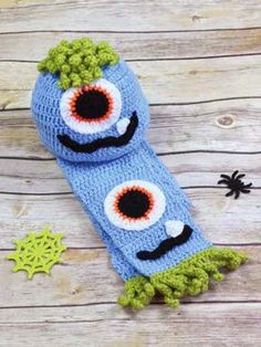 (You may want to book mark this page as I will continue to update it with free Halloween crochet patterns.) Have you started your Hallowee. Crochet Kids Hats, Crochet Scarves, Diy Crochet, Crochet Crafts, Crochet Projects, Crocheted Hats, Knit Hats, Crochet Animals, Crochet Character Hats