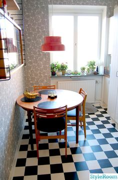 Checkered Chess, Bumling lamp, String Shelf, 50's kitchen window, teak kitchen table - all are here in this retro Swedish small kitchen