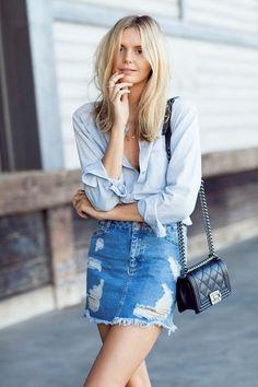Tampil seksi dengan mini skirt jeans. Dengan gaya klasik ini, Anda tak akan terkesan menggoda, namun lebih keren.