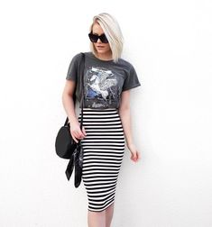 my style. Striped midi skirt + T-shirt. Striped Skirt Outfit, Pencil Skirt Casual, Stripe Skirt, Casual Skirts, Modest Outfits, Casual Outfits, Casual Hair, Look Fashion, Casual Looks