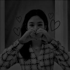 Foto Jungkook, Jhope, Chuu Loona, Jennie Kim Blackpink, Sad Girl, Dark Wallpaper, Aesthetic Iphone Wallpaper, Aesthetic Pictures, Korean Girl