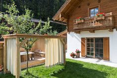 Ferien auf dem Bauernhof! DasFeriendorf Holzleb'n mitgemütlichen Ferienwohnungen und exklusiven Chaletssorgt für einentraumhaften Familienurlaub.