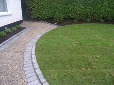 Gravel walkway to match the driveway Driveway Edging, Resin Driveway, Patio Edging, Stone Driveway, Gravel Driveway, Gravel Patio, Driveway Entrance, Driveway Landscaping, Driveway Ideas