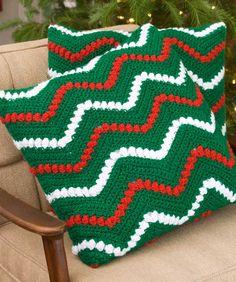 Zickzackmuster und Noppenmuster im Wechsel mit weihnachtlichen Farben aus glitzerndem Garn. Häkle den Kissenüberzug für deine normalen Kissen, dann kannst du sie weihnachtlich überziehen.