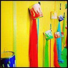 SUGESTÕES DE ORNAMENTAÇÃO PARA O TEMA: O MAIOR PINTOR DO MUNDO ESTÁ PINTANDO A NOSSA HISTÓRIA - Virtuosa Paint Themes, Color Themes, Class Decoration, School Decorations, Art Classroom Decor, Preschool Decor, Artist Birthday, School Displays, Art Party