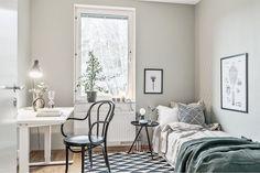 Le patio n'est pas le seul élément séduisant de cet appartement suédois. Le choix du mobilier contemporain et des couleurs, le pan de mur en papier-peint en font un endroit très agréable et a…