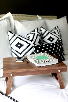 The best DIY projects & DIY ideas and tutorials: sewing, paper craft, DIY. Diy Crafts Ideas How to build a DIY folding lap desk or breakfast tray out of a single board. Free plans and tutorial. Diy Wood Projects, Diy Projects To Try, Furniture Projects, Wood Crafts, Diy Furniture, Diy Crafts, Furniture Stores, Furniture Design, Do It Yourself Inspiration