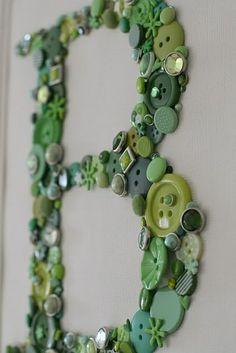 Monogram with buttons, ergänzend könnten sein: Schmetterlinge in grün, Perlen, bezogene Brads, MOsaiksteine, Strasssteine