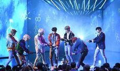 """BTS khiến cả khán phòng """"đứng ngồi không yên"""" khi biểu diễn hit lớn trên sân khấu AMAs"""