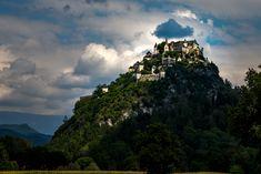 Die Burg Hochosterwitz ist eine Höhenburg sowie ein Wahrzeichen und eine Sehenswürdigkeit des österreichischen Bundeslandes Kärnten. Darüber hinaus eines von Kärntens TOP-10 Ausflugszielen Mountains, Nature, Travel, Road Trip Destinations, Jokes, Pictures, Naturaleza, Viajes, Destinations