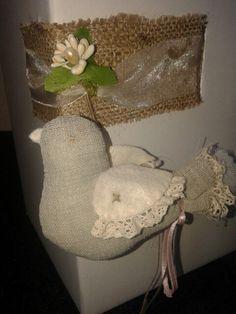 Porta confetti su scatola bomboniere S. Cresima con nastrino stesso colore rose alberello
