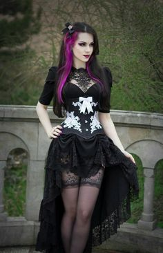 Top Gothic Fashion Tips To Keep You In Style. As trends change, and you age, be willing to alter your style so that you can always look your best. Consistently using good gothic fashion sense can help Hot Goth Girls, Gothic Girls, Diy Outfits, Fashion Outfits, Fashion Tips, Fashion Clothes, Style Fashion, Fashion Accessories, Fashion Ideas