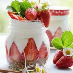 Ecco un dolce al cucchiaio perfetto anche per chi è a dieta: una cheesecake alle fragole presentata in maniera divertente e pratica!